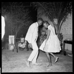 Malick Sidibé, »Nuit de Noël (Happy Club)«, 1963, Fotografie photograph, © Malick Sidibe, Courtesy CAAC, Courtesy Magnin-A Gallery, Paris