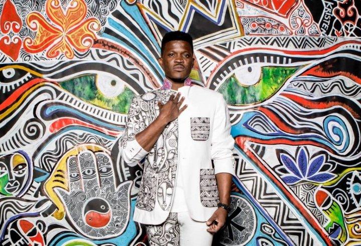 L'artiste nigérian LaoLu Senbanjo signe une collab avec Nike