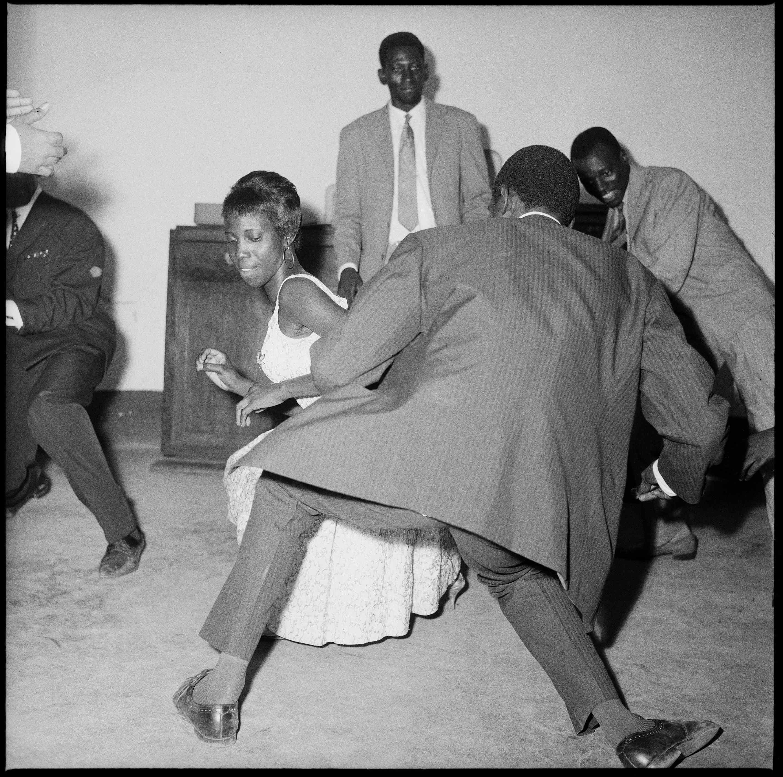 Malick Sidibé -Dansez le Twist 1965 © Malick Sidibé. Image Courtesy of Galerie Magnin à Paris